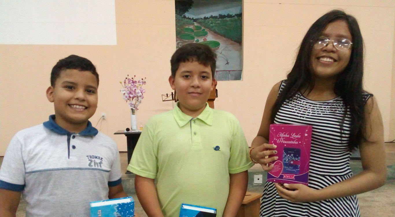 MCE Itacoatiara presenteia as crianças com exemplares da Bíblia