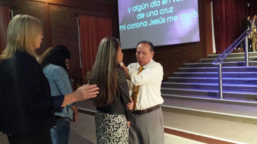 Pr. Martin Jesus Blas ministrando na igreja do Movimiento Cristiano y Misionero, do Pr. Armando Solis, da cidade de Campana, Argentina