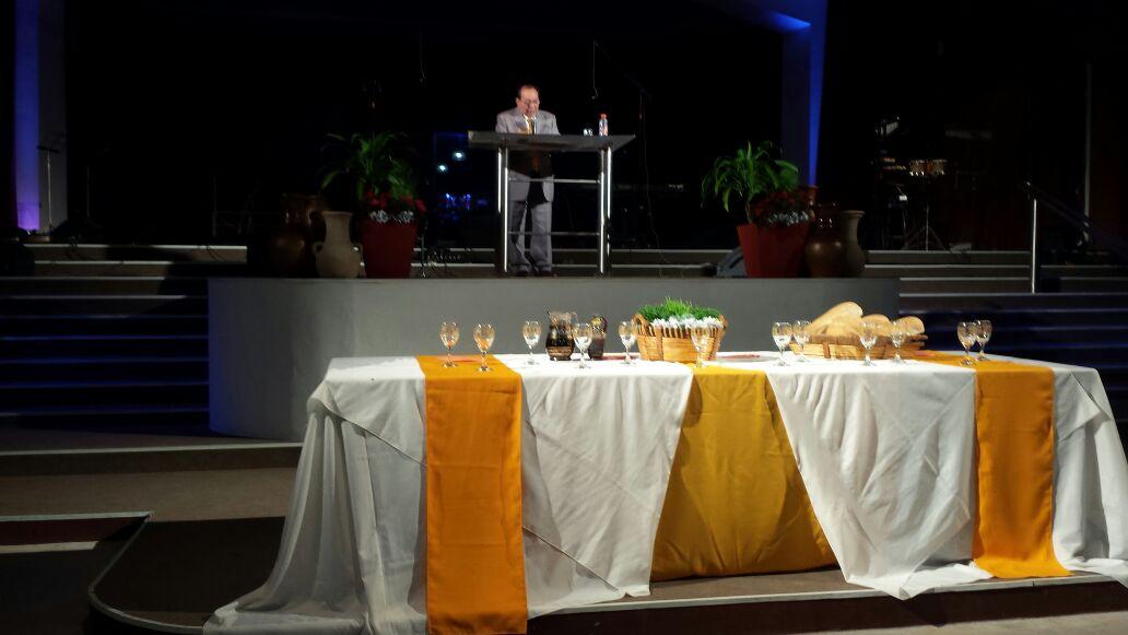 Pr. Martin Jesus Blas pregando na igreja do Movimiento Cristiano y Misionero, do Pr. Armando Solis, da cidade de Campana, Argentina