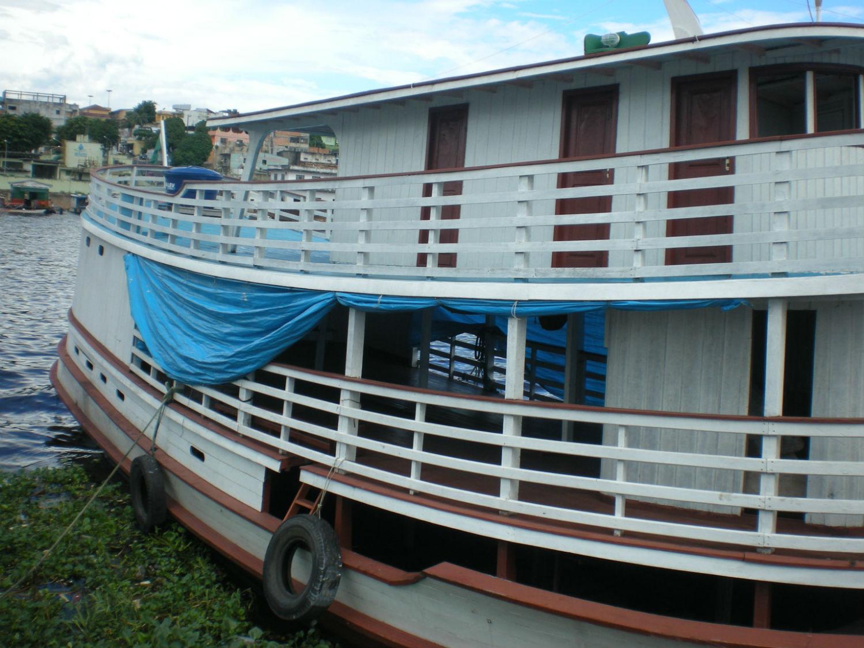 Barco ofertado à MCE, que naufraga em 2010, no porto onde estava ancorado.