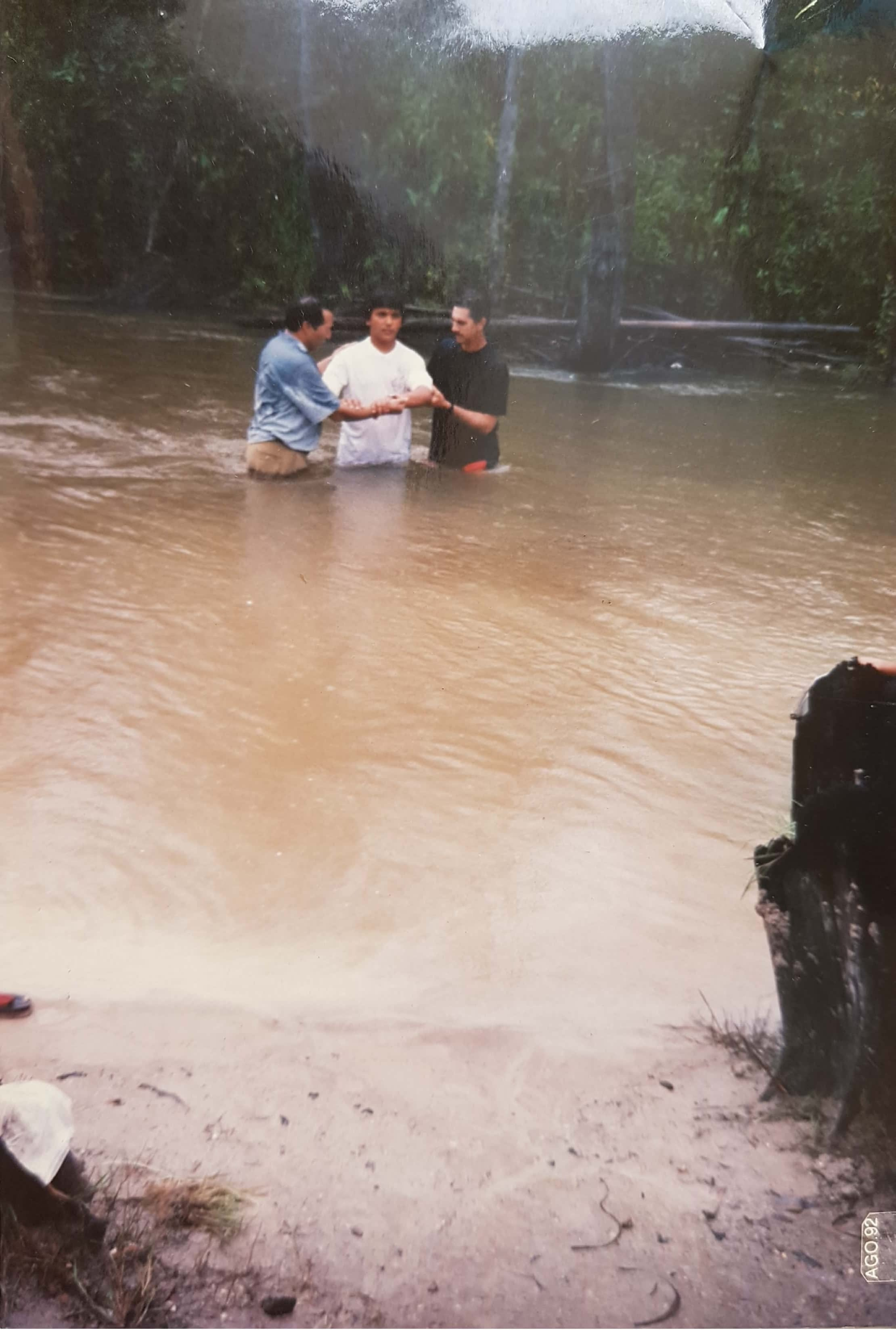 Em 1992, a igreja continua crescendo. Mais um batismo se realiza, agora com sete novas vidas. O irmão Ianck está presente ao lado do pastor Martin dando seu apoio à obra, auxiliando-o no batismo.