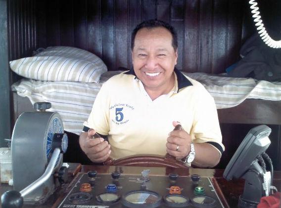 Pastor Martin Blas em viagem de barco às igrejas do interior do Amazonas
